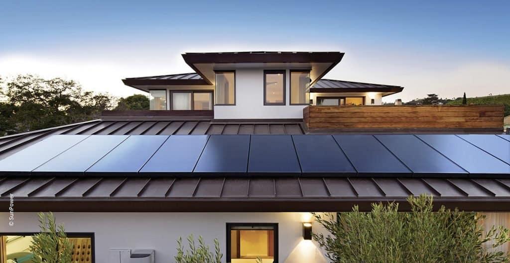 Paneles solares SunPower de alto rendimienta en vivienda unifamiliar
