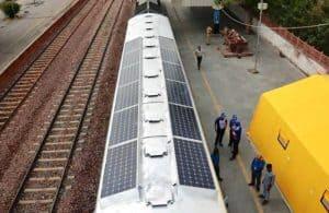 Tren con paneles solares en la India