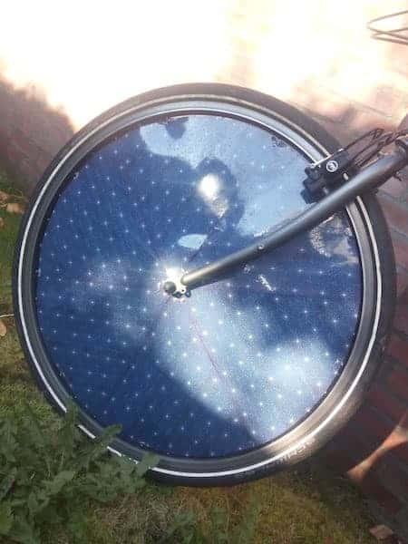 bicicleta eléctrica con células solares en las ruedas