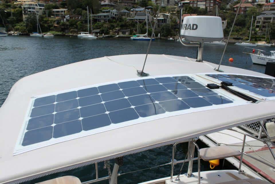 paneles solares instalados sobre cubierta de barco